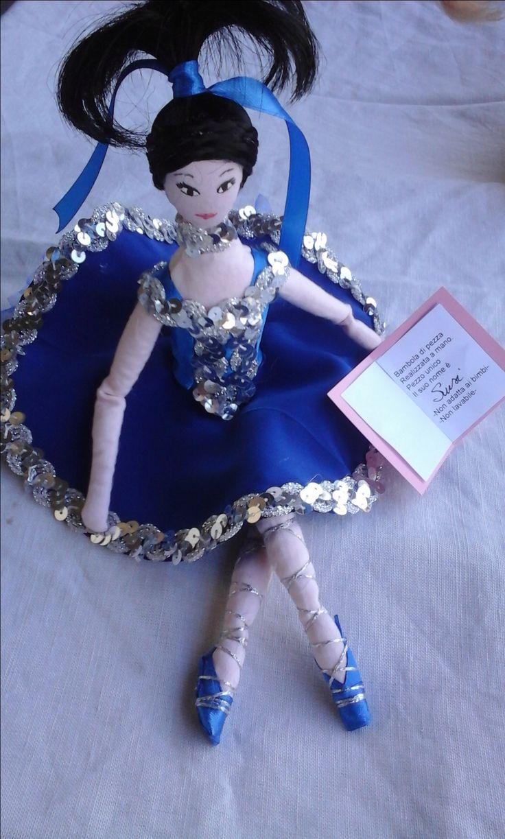 doll collection Susi Bambola di stoffa o di pezza(rag doll) cucita e dipinta a mano alta 15-16cm seduta vestita di nastri seta e raso, bomboniera con portaconfetti sotto la gonna realizzata pezzo unico