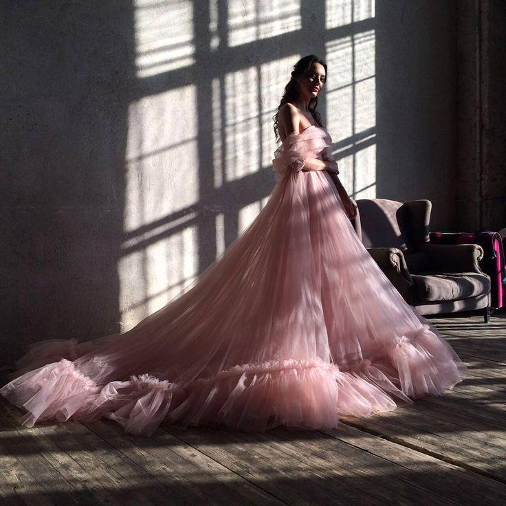 Невесомое полупрозрачное платье нежно-розового цвета. Размер: XS, S, M, L, регулируется за счёт пояса.  Стоимость аренды: 3000 р. (до 2-х дней). Также в наличии непрозрачное нижнее платье: 500 р. ( до 2-х дней).