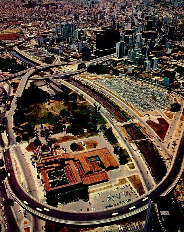 Tomada aérea do Parque Dom Pedro II, com destaque para o Viaduto Diário Popular (inaugurado em 1969), o Palácio das Indústrias (hoje Museu Catavento) e um enorme estacionamento hoje transformado em terminal de ônibus.