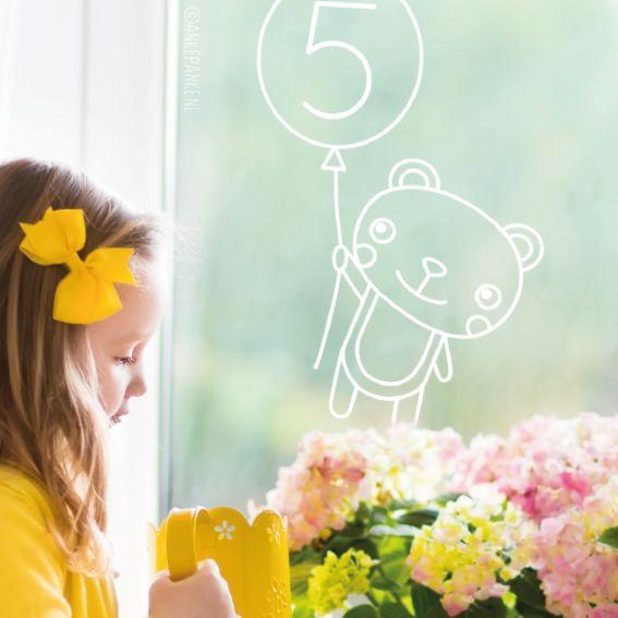 Weer een jaar erbij, tijd voor een grootst feest! Versier het raam met deze leuke beer en ballon #raamtekening. Inclusief 1-9 cijfers.