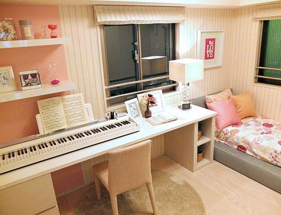 K307音楽好きの女の子長い机にピアノを配置して、勉強もピアノの練習もはかどる。
