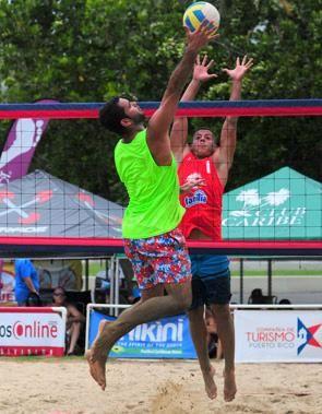Candente la lucha en el voleibol playero....