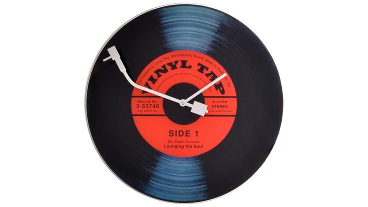 Para un diseño vintage en su salón, comedor o dormitorio, elija este reloj Vinyl Tap.    Las aguras representan el brazo de lectura de una platina para aún más estilo.    ¡ Original, este elemento de decoración es imprescindible para un look de tendencia en su hogar!