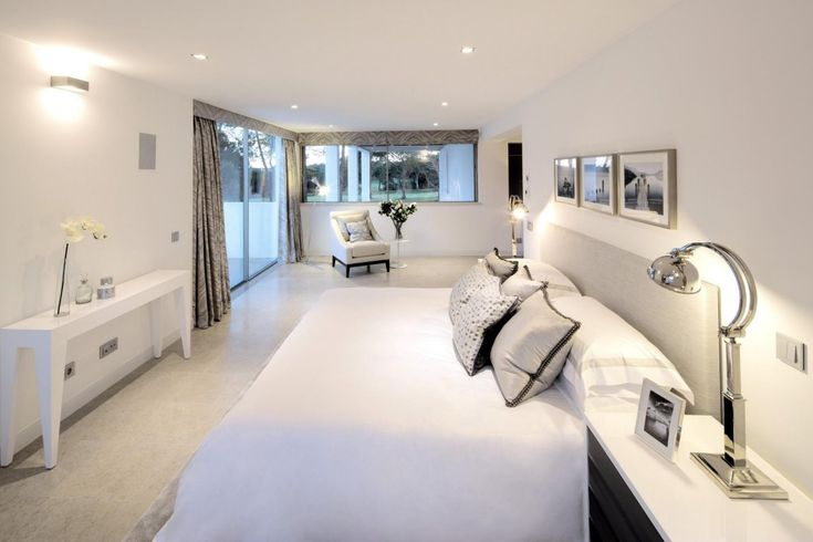 A white bedroom in the San Lorenzo North House by de Blacam and Meagher Architects