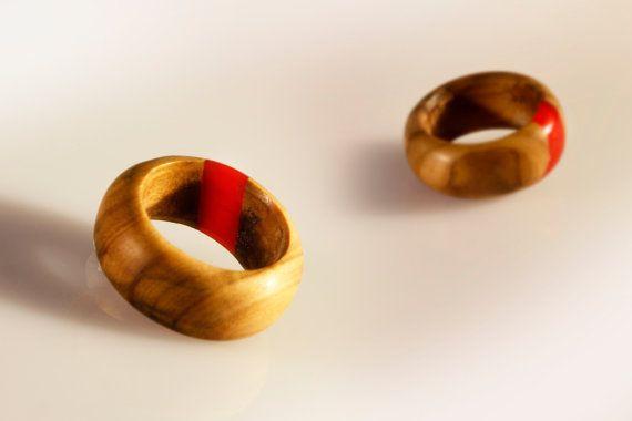 Questo anello è realizzato completamente a mano, è un pezzo unico e non replicabili in serie. Su richiesta può essere realizzato un altro