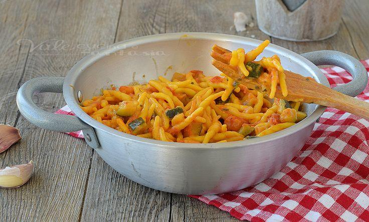 Trofie con zucchine gamberetti e zafferano,un primo piatto di pesce a dir poco gustoso,facilissimo da preparare,primo piatto gustoso e coloratissimo.