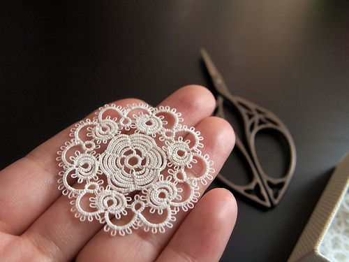 Very pretty tatted lace motif in fine thread.