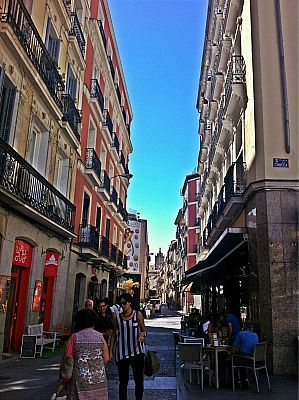 How to find a flat in Madrid, Spain. All you need to know about finding a flat in Madrid. A great introduction to Madrid for new expats in Spain, erasmus and students in Spain and auxiliars in Madrid. Gorgeous architecture in Barrio Malasana, Madrid.