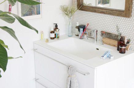 快適洗面タイムの基本形 ¥128,000 飾らないシンプルな四角い洗面化粧台です。引き出しは4種類の色・質感から選べます。