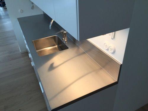 Rostfri diskbänk med ett stänkskydd på 19 cm i ett stycke med diskbänken.