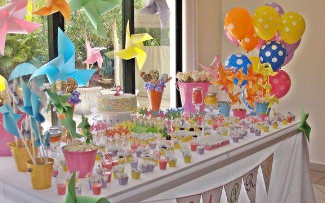 Cataventos e balões em baldes decorativos são suficientes para mesa unissex - por A Fê Faz...