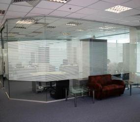 Цельная стеклянная перегородка в офисе