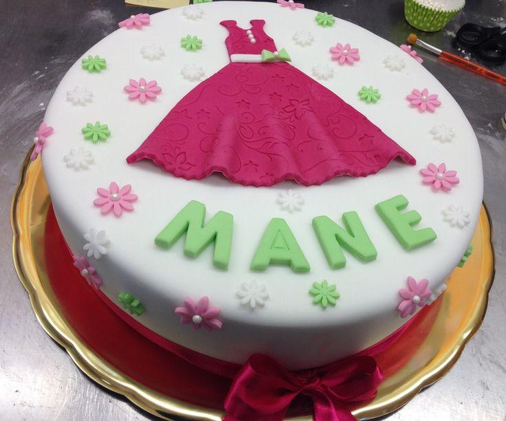 Dětský dortík ozdobený kytičkami, vyřezanými šaty a jménem.