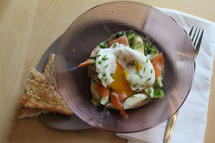 Deze verrassende combinaties van asperges met gepocheerd ei, sla, zalm en zure room kan je perfect op een etentje serveren.