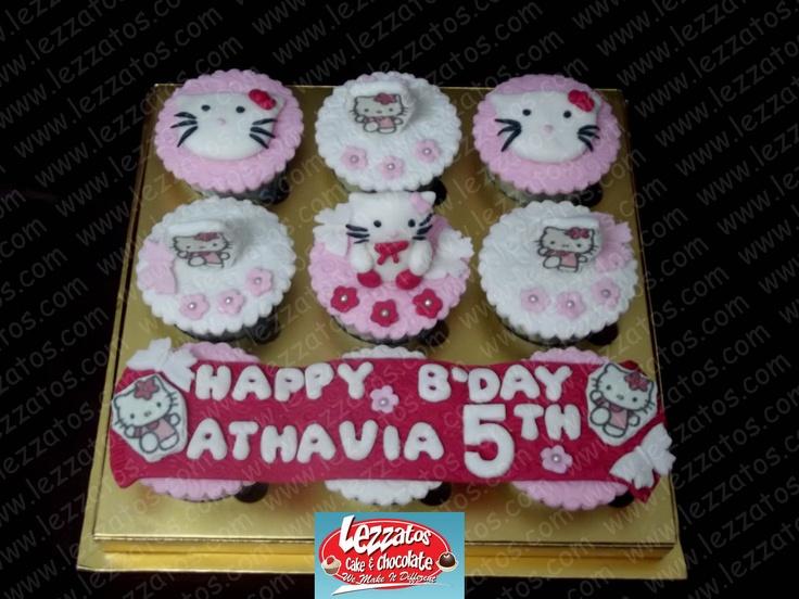 Cupcake Tema Hello Kitty.  Hiasan dari fondant.