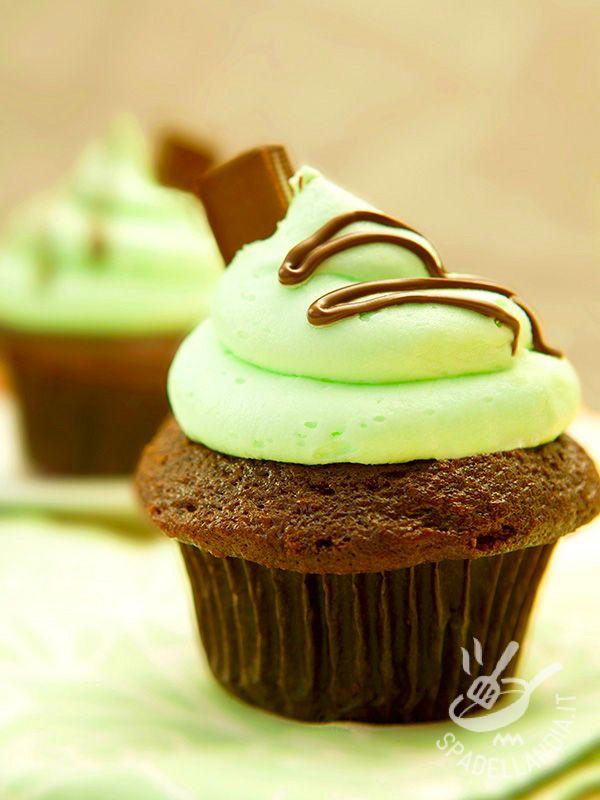 Cupcakes with chocolate and mint cream - I Cupcakes al cioccolato e crema di menta: ecco dei dolcetti che vi faranno fare un figurone a tavola. Buonissimi e molto scenografici!