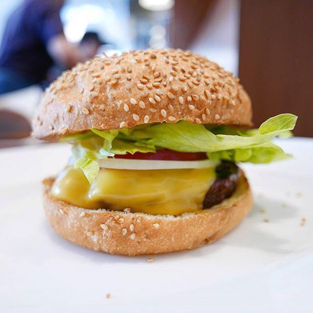 日本初のグルメハンバーガー&サンドウィッチレストラン。  近年主流の「肉感」を出すパティではなく王道の細かく挽いたパティはホロホロと解れる心地よい食感。  老舗の味を堪能。 ごちそうさまでした🍔  #東京 #tokyo #広尾 #hiroo #ホームワークス #homework #hamburger #ハンバーガー #burger #beef #肉 #meat #bread #パン #sandwich #写真 #photography #photo #pic #lumix #lx100 #food #カメラ #camera #チーズ #cheese #サンドウィッチ #サンドイッチ #グルメ #老舗