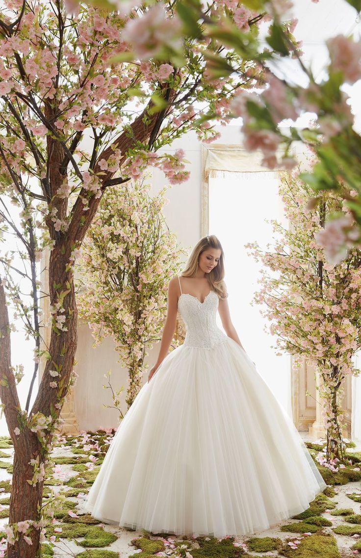 Księżniczkowa suknia ślubna Mori Lee, z dekoltem w kształcie serca. Piękna, dziewczęca suknia ślubna z koronkowym gorsetem. Doskonale wyprofilowany gorset, …