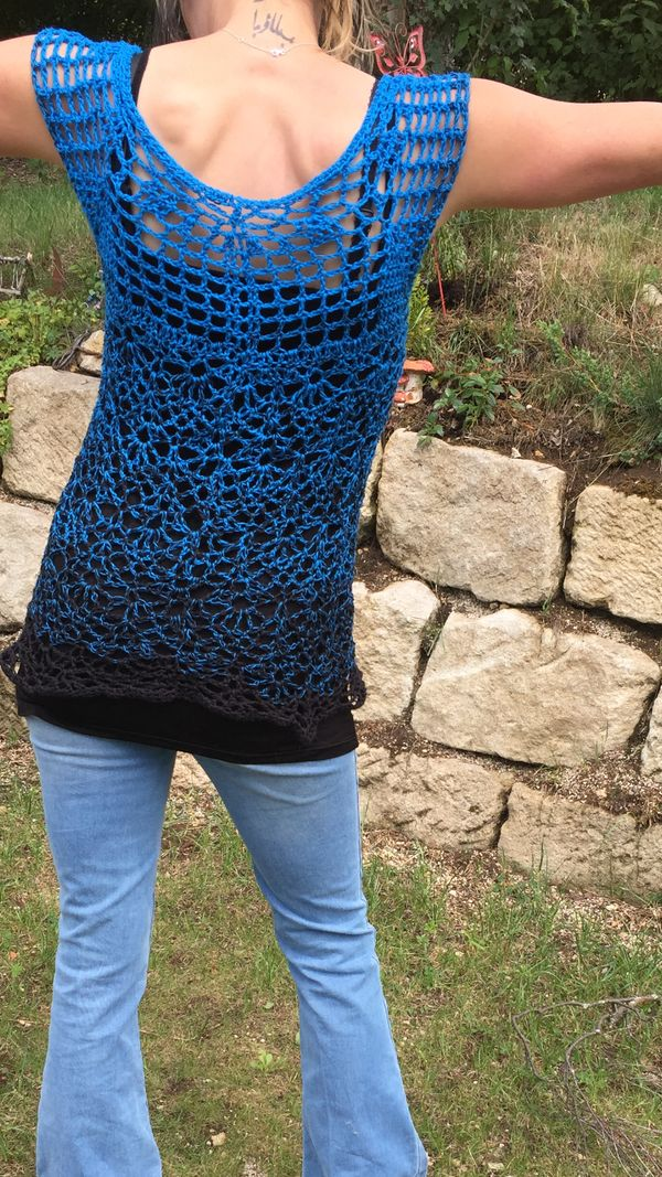 Hier habe ich euch eine Tunika mit kleinen Ärmeln erarbeitet. Super schönes Muster, einfach gehäkelt. In einem Stück ohne zusammen zu nähen. Nadelstärke 5, Garn 5fädrig, ca. 450 m (650 m) Lauflänge  Die Angaben stehen für die Größe S/M, in Klam