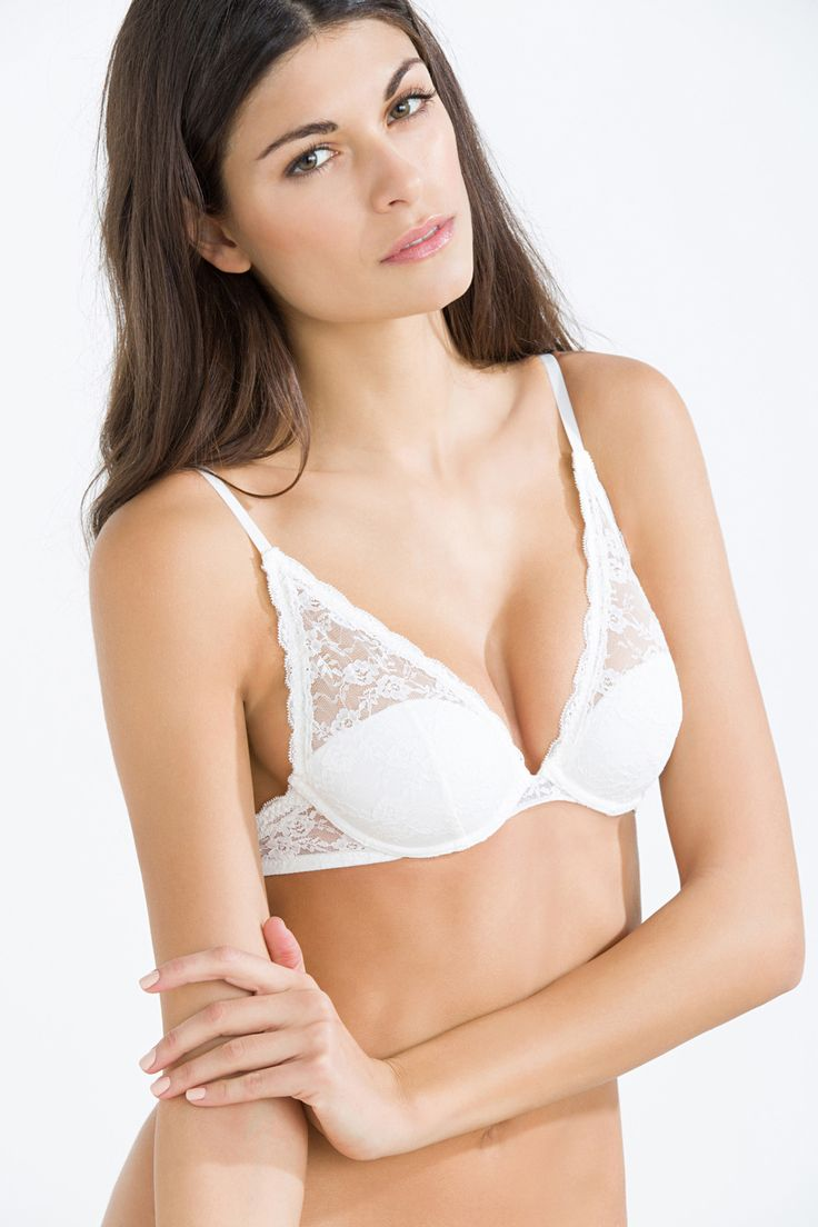 Comfortable feminine lace halter bra with padding.- Padded.- Underwired.- Rear fastening.- Adjustable straps.