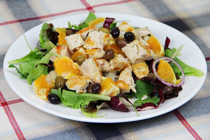 L'insalata di pollo e arance è adatta come piatto unico gustoso e leggero. Basta grigliare del petto di pollo e unire gli ingredienti.