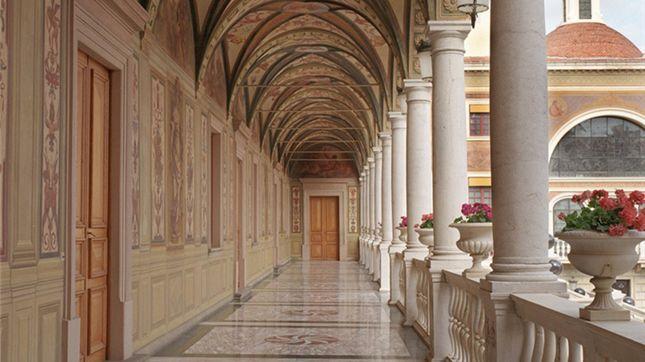 Man gelangt anschließend in die Chambre Louis XIII, in dem Papst Johannes XXIII. empfangen wurde und schließlich in die Antichambre Matignon, die an die prestigeträchtige Verbindung zwischen den Familien Grimaldi und Matignon erinnert. Darauf folgt das Grand Vestibule, ein Vorzimmer mit Wänden aus Marmor und Stuck, das den Süd- mit dem Ostflügel verbindet und über eine große Marmortreppe in das Esszimmer und die Privatsalons führt.