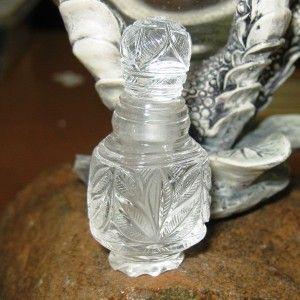 Kerajinan Botol Batu Mulia Quartz 128.74 cts motif ukiran bunga. Cocok untuk botol parfum favorite anda.   Rock Crystal Quartz ini memiliki berat 128.74 carat, unheat, untreat. Penjualan dilengkapi dengan otentikasi keaslian batu mulia dari IGL ASIA. Cocok untuk koleksi unik.. jarang ada!