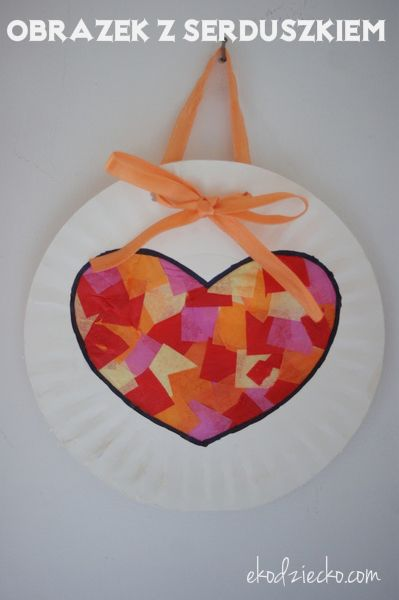 Obrazek z witrażem w kształcie serca na papierowym talerzyku. Upominek od dziecka na Dzień Mamy.