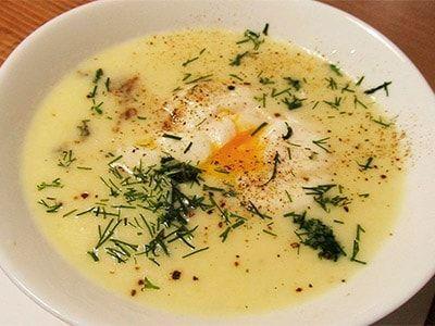 Куриный суп с яйцами пашот