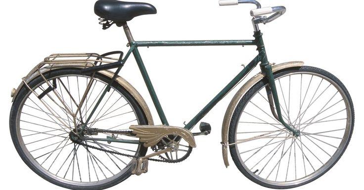 Cómo cambiar los pedales de una bicicleta. ¿No quieres desperdiciar tiempo en una tienda de bicicletas? Tampoco el resto de nosotros. Si eres como la mayoría de los demás, puede que te resulte difícil llegar a la tienda de bicicletas para que tus pedales sean cambiados. O tal vez no quieres esperar tres días para que la tienda de bicicletas haga un trabajo de 30 minutos. Cualquiera que sea ...