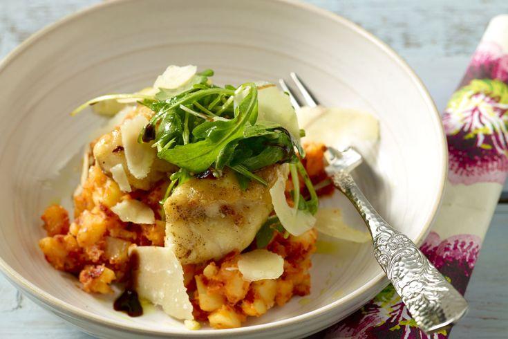 Stoemp op z'n Zuiders, met een heerlijk visje bij! Ontdek dit eenvoudig recept voor zeeduivel met rode pestostoemp, rucola en parmezaanse kaas. Feest!