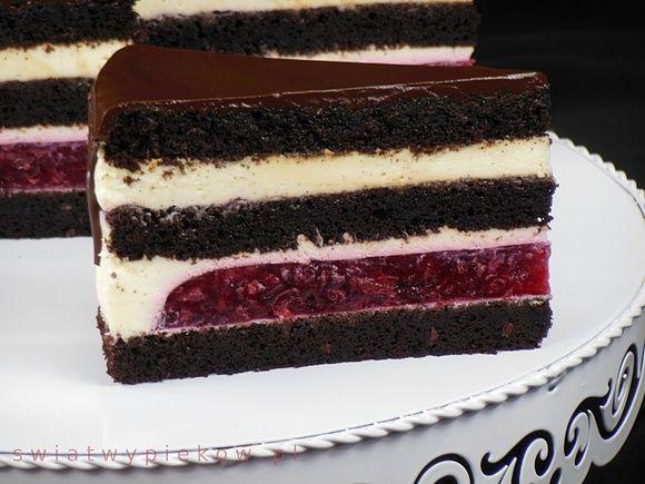 Czekoladowy tort z wiśniami i kremem z serka mascarpone