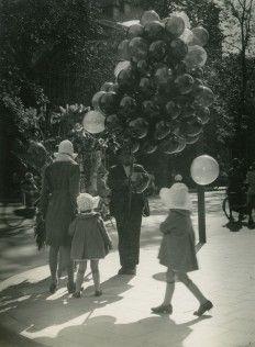 #Balonnenverkoper op het A-kerkhof te Groningen in 1938 www.vivier.nl