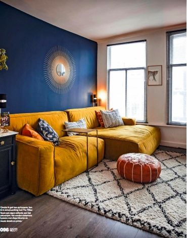 Blauwe muur met gele bank  Interior Architecture