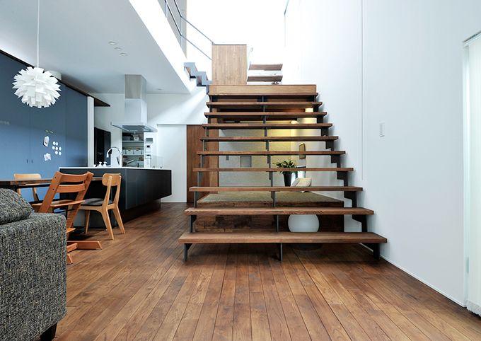 家族が並んで読書も楽しめる大階段。奥には飾り棚が
