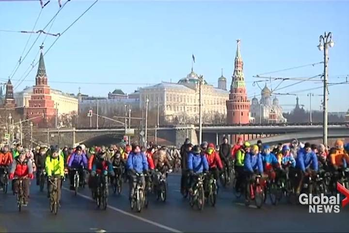 For hundreds of Muscovites, the fact that the temperature had plunged to minus-27 Celsius (minus-17 F) was no reason to avoid going for a group bicycle ride.