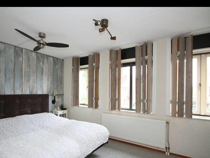 Raambekleding: houten luiken voor in de slaapkamer