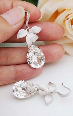 Gorgeous bridal jewelry! Make the hooks gold rather than silver and they will be my dream wedding earrings lol!