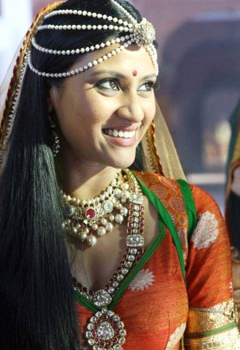 Konkona - Love her loose hair + head jewelry combo! #indian #jewelry #fashion #weddingjewelry #necklace #tikka #earrings