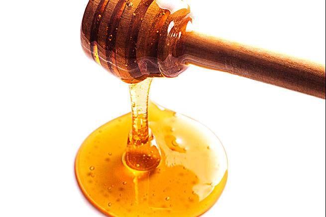 Ett naturligt sötningsmedel som i studier på djur har visat sig vara effektivt i syfte att reducera viktuppgång och kroppsfett. Och inte nog med detta, honung har även antibakteriella och antivirala egenskaper – samt en rad andra hälsofördelar, som förbättrat immunförsvar och bättre blodsockernivå.