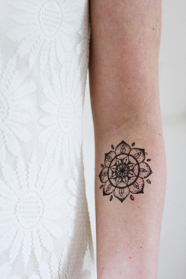 Dieses schöne runde temporäre Mandala Tattoo würde sehr hübsch auf deinem Körper...