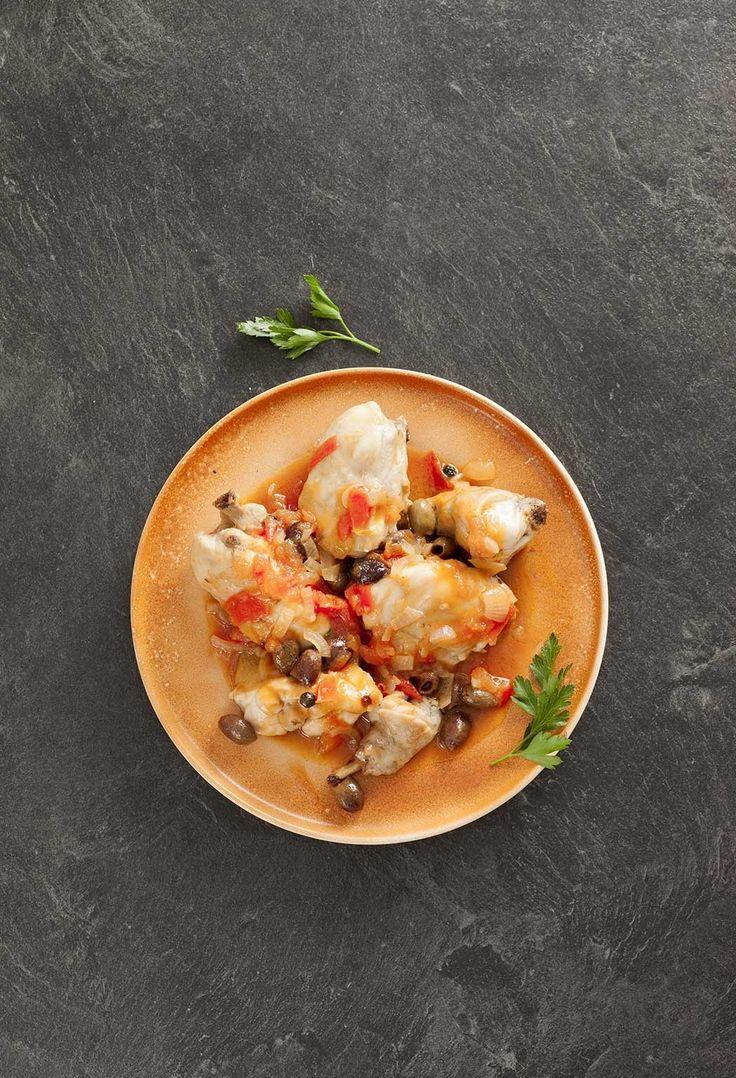 Lapin accompagné d'une sauce aux amandes, à la tomate, aux oignons et au vin blanc. Une recette aux accents espagnols.