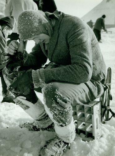 Beeld van de 12e Elfstedentocht. Een moment van bezinning, opgeven of doorgaan? De onbekende elfstedenrijder anno 1963. Deze foto komt uit het archief van de Elfstedenvereniging en hoort bij inv.nr. 123, p34. (ELF 0631)
