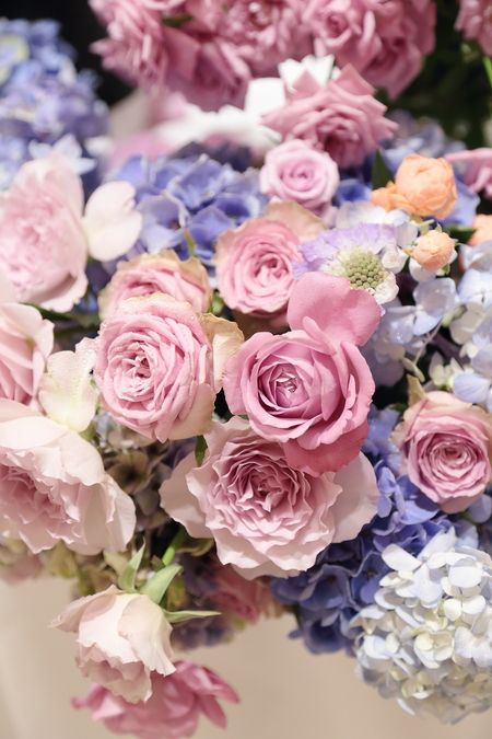 リストランテASO様への夏の装花、メインテーブルには たくさんの紫のバラと青の紫陽花で。 紫は、バラの中でももともと種類が少ないの...
