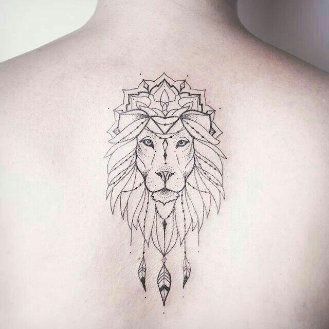 Tatuaje leon geométrico
