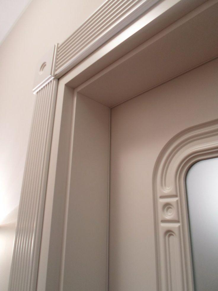 Bogato zdobiona ościeżnica - białe drzwi Moric