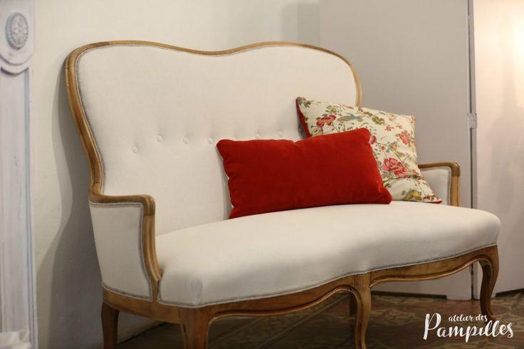 Divanetto a due posti. Struttura in legno riportata alla tonalità natuale, fodera in lino e cotone tinta bianco panna