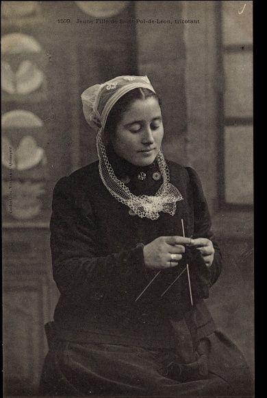 Postcard Jeune Fille de Saint Pol de Léon, tricotant, Stricken, Bretagne, Tracht