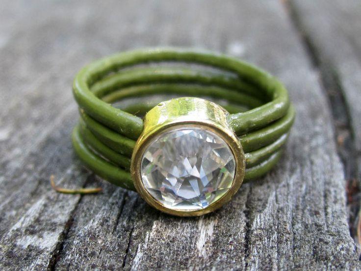 Schmaler Ring mit Leder in moosgrün und Glasschliff-Element