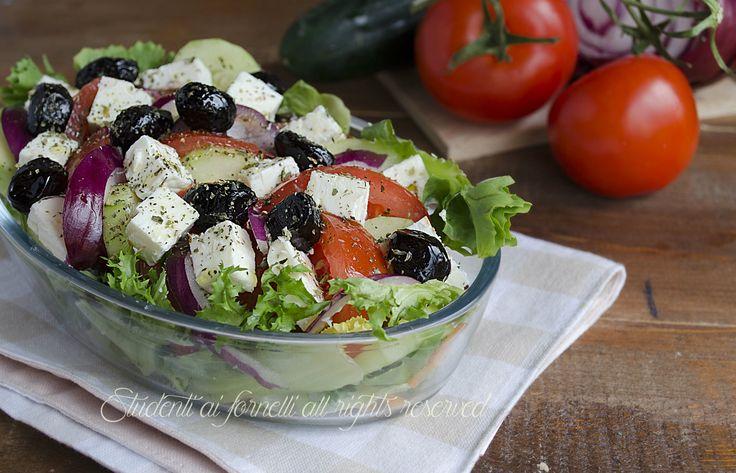 L'insalata greca con feta è un'insalatona gustosa preparata con feta greca, olive greche, cetrioli, pomodori e cipolle.. davvero semplice, veloce e facile.